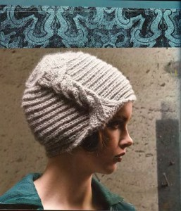 Красивая шапка вязаная спицами