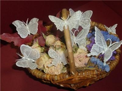 Бумажные бабочки в карзине