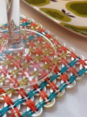 Подставка из пуговиц для тарелок