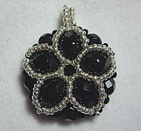 crafty jewelry: beaded pendant