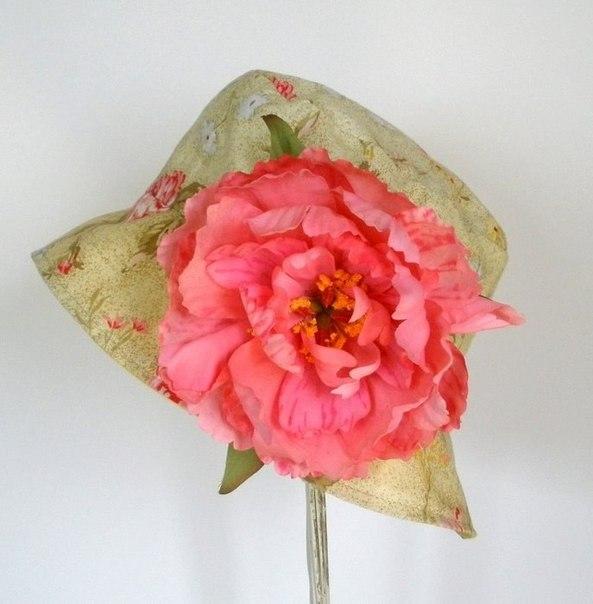 цветок на шляпе из ткани