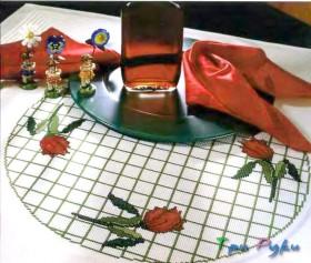 Вышитая цветами скатерть