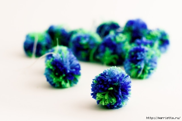 синие помпоны